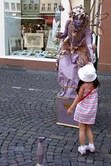 Als Belohnung fr ihren Mut bekam die Kleine eine Blte geschenkt. (happycat) Tags: people germany artist pavement cobblestone hd heidelberg mensch knstler badenwrttemberg pflasterstein rheinneckarkreis