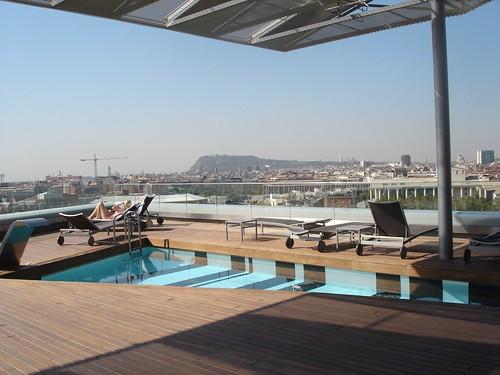 Vista general de la piscina y el solarium