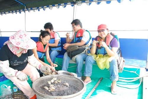在七股潟湖的竹筏上大啖海鮮