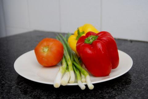 פלפלים, עגבניה ובצל ירוק (צילום: ניב קלדרון)
