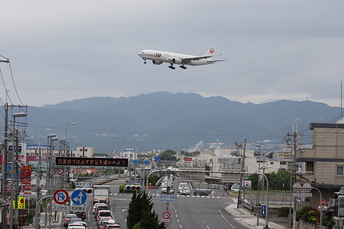 JAL's B777-200 flies over National Route 171