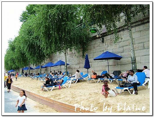 許多人在沙灘上悠閒地躺著
