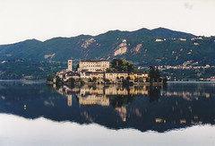 L'Isola San Giulio (Novara) sul Lago d'Orta (Valerio_D) Tags: italy italia eu piemonte orta lagodorta isolasangiulio flickraward flickrdiamond anticando 1999primavera flickraward5
