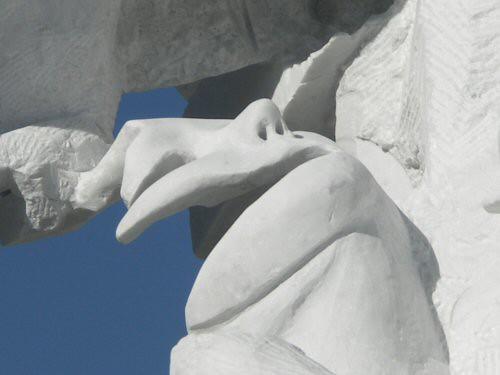 Sculpture monumentale en marbre de Carrare dont l'un des personnages est une femme enceinte. Son visage est représenté par un masque partiel dont il manque un œil et la bouche – Sandrine Vallée