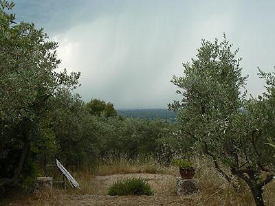 ciel d'orage sur la colline.jpg