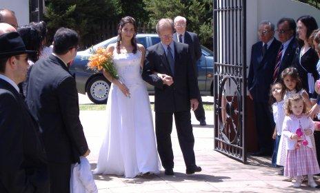 Analía entrando a la iglesia