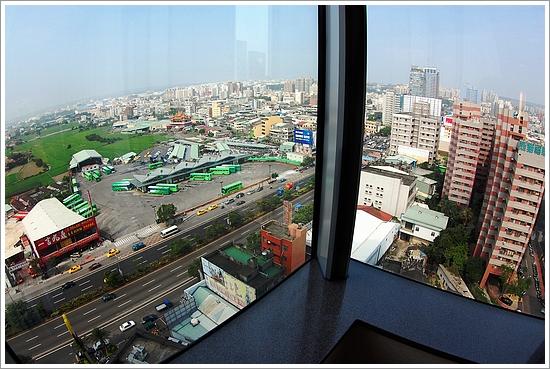 房間大片玻璃,可以鳥瞰台中景觀