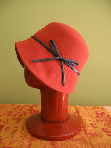 Cloche rust felt with bow side view