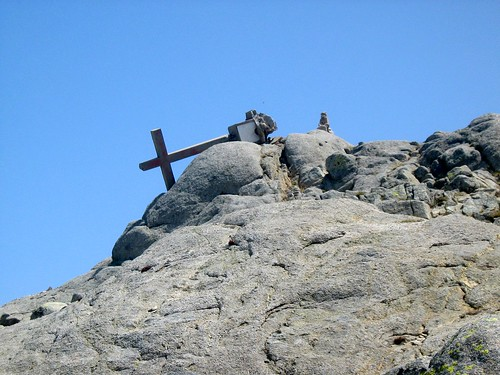 Sur l'ex-GR20 (modifié en 2012): le sommet de l'Alcudina avec la croix (restaurée en 2012!)