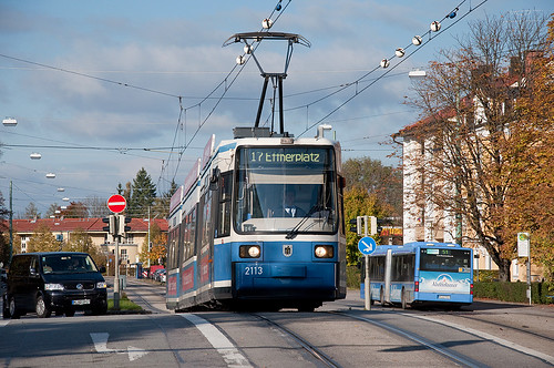 Kurz vorm »Abheben« ist Wagen 2113 auf der Brücke über den Nymphenburger Schloßkanal
