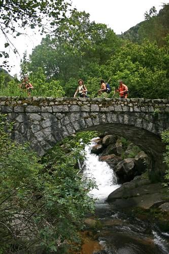 Passant per un pont de pedra, del riu Madriu,( a la vall del mateix nom) por el vent..
