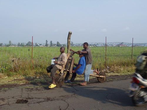 Прикольное фото: африканцы на деревянном велосипеде
