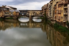 . (Gwenal Piaser) Tags: italy june 35mm canon eos florence italia firenze canoneos italie pontevecchio 2010 vecchio 35mmf14 50d 35l canonef35mmf14lusm pnte eos50d canoneos50d ef35mmf14lusm unlimitedphotos gwenflickr