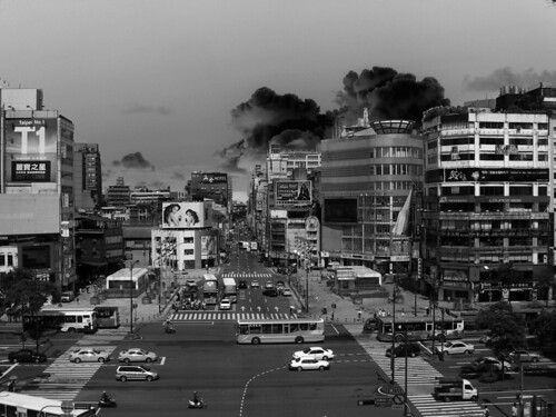 颱風前的核爆蘑菇雲層(修)