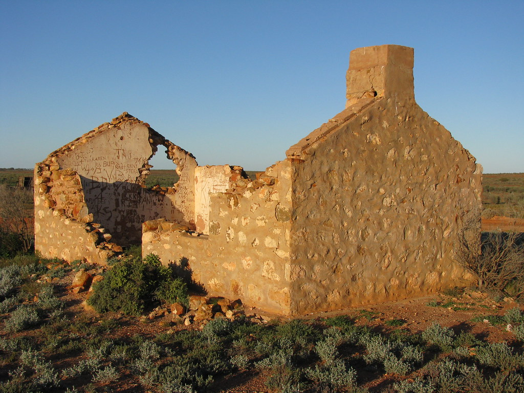 Bunkhouse ruin near Glendambo