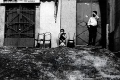 #10... boys Paul Street  ... (UBU ) Tags: blancoynegro noiretblanc biancoenero pellicola analogico gelatinsilverprint blackwhitefilm nikormat iragazzidellaviapal kodaktrix200 tuttipossonoprendereasecchiatechiunquecapitiloroatiro unamusicaintesta ubu luciombreepiccolicristalli campagnasa1987
