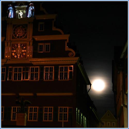 seht ihr den Mond dort stehen