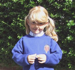 FIRST DAY BACK TO SCHOOL AND HER  A LUCKY DAISY   IN SEPT 2007 (forpawsgrooming) Tags: school smile eyes blond lucky firstday daisy niceday