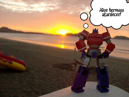 Las Vacaciones de Optimus Prime en Costa Rica - Optimus Prime en la playa (by mdverde)