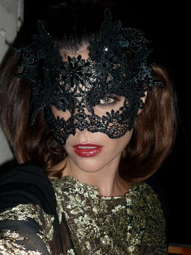 Julia_Restoin_Roitfeld_Masked_Beauty_black_lace_Phillip_Treacy_mask_Le_bal_masque_de_Vogue_Paris