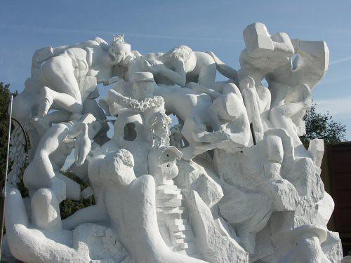Sculpture monumentale en marbre de Carrare dont l'un des personnages est un Christ représenté avec une tête découpée et creuse, avec un morceau de couronne d'épines et un corps athlétique – Sandrine Vallée
