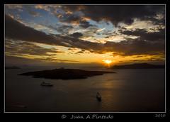 Santorini Sunset (Juanan Pintado) Tags: blue sunset sea sky ferry clouds canon mar barcos hellas santorini cielo nubes crucero grecce firostefani egeo 50d eos50d canoneos50d symmachiarii