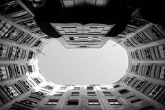 La pedrera (pikadilly) Tags: barcelona architecture modern casa spain interieur centre mila edificio moderne espana gaudi espagne barcelone pedrera immeuble cour bulding
