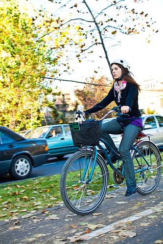 Ella pedalea con distinción