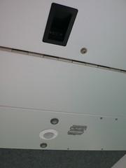 纜車車頂的設施;有小燈、廣播用擴音器和電池電量指示燈