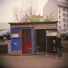 Fotoautomat/Photoautomat (Timo Kirkkala) Tags: street two berlin girl mediumformat holga lomo lomography photobooth fuji 120n fotoautomat c41 pro400 photoatomat