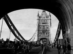 4ta. tarde en Londres, Exhibicin en el Tower Bridge (anita gt) Tags: uk inglaterra bridge england bw london tower puente bn londres mywinners diamondclassphotographer flickrdiamond