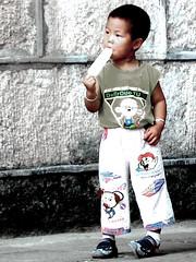 mmm...¡¡¡qué buenoo!!! (dayangchi) Tags: china niño helado calor dayangchi