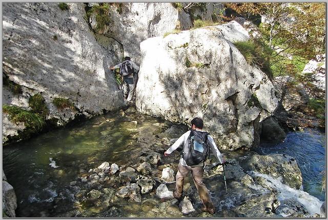 156.- Cruzando  el río Samedón en la foz de Saolla.