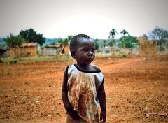 ometto (Eugenia Moira Angela Darling) Tags: africa summer cute kid child estate sweet dolce bimbo tender agosto2004 mozambique analogica mozambico villaggio scansione piccino piccolino