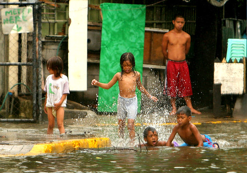 makati flood children playing street Pinoy Filipino Pilipino Buhay  people pictures photos life Philippinen  菲律宾  菲律賓  필리핀(공화국) Philippines