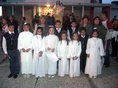 Niños y Niñas que tomaron la 1ra. Comunión junto a sus Catequistas