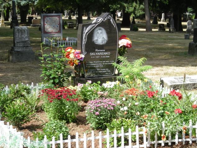 100107_2006_stone_flowers_fence_635x476