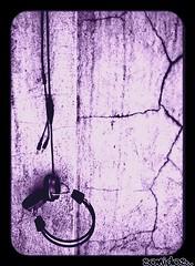 Sonidos.. (Mis arboles dan manzanas confitadas) Tags: pared audifonos musica headphones morado superhearts