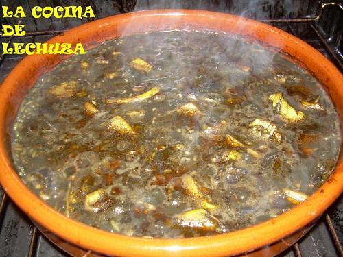 Jibia con arroz negro haciendose