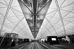 Hong Kong Airport (Ricardson Williams) Tags: china vacation bw architecture hongkong blackwhite airport asia wideangle ferias 2010 chl 14mm ricardson iso2000 nikond700 ricardsonwilliams afzoom1424mmf28g