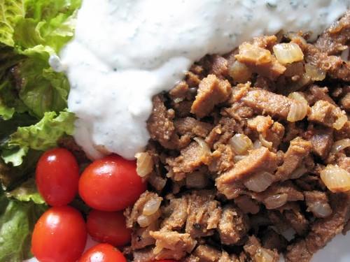 Wege gyros z sosem z jogurtu sojowego i sałatka