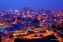 Night in Kansas City, 3 August 2007 (photography.by.ROEVER) Tags: kansascity unionstation libertymemorial nighttime skyline citylights missouri downtown august friday 2007 view towerafterdark brillianteyejewel trainstation railstation railroadstation downtownkansascity kansascityskyline kcmo kcskyline skylineofkansascity kcunionstation kansascityunionstation kansascitymissouri ja