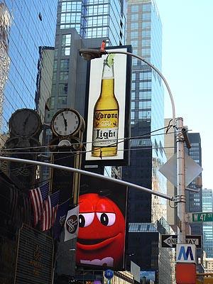 pub corona + MMs sur Times square.jpg