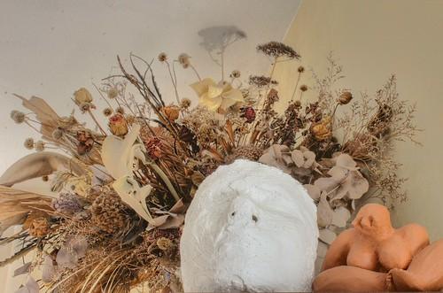 Blumenstrauß mit Maske