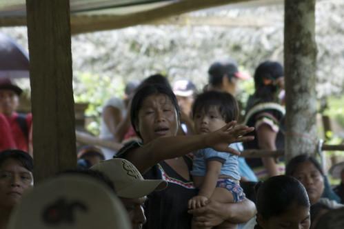 Una mujer ngöbe denuncia la situación de la comunidad en la asamblea
