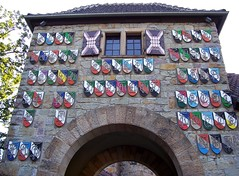 Wappen am Burgtor (happycat) Tags: roof tower castle window germany gate coatofarms arms fenster shutter tor turm dach burg weinheim wappen wachenburg badenwrttemberg fensterladen arkade bogengang hhenburg naturparkneckartalodenwald