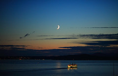 Moon Rise Over Elliott Bay Seattle (ehpien) Tags: county canon washington king wa 5d soe blueribbonwinner flickrsbest naturesgallery superbmasterpiece 135mmusm20 seattlewashingtonusaduskmoonsunset