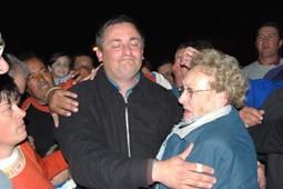 Alejando Cativelli festeja el triunfo junto a su gente y su madre