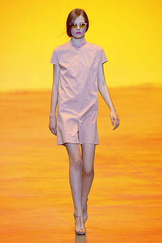 Cacharel-SPRING-2011-RTW-PODIUM-001_runway