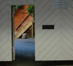 De l'autre côté de la porte / The other side of the door